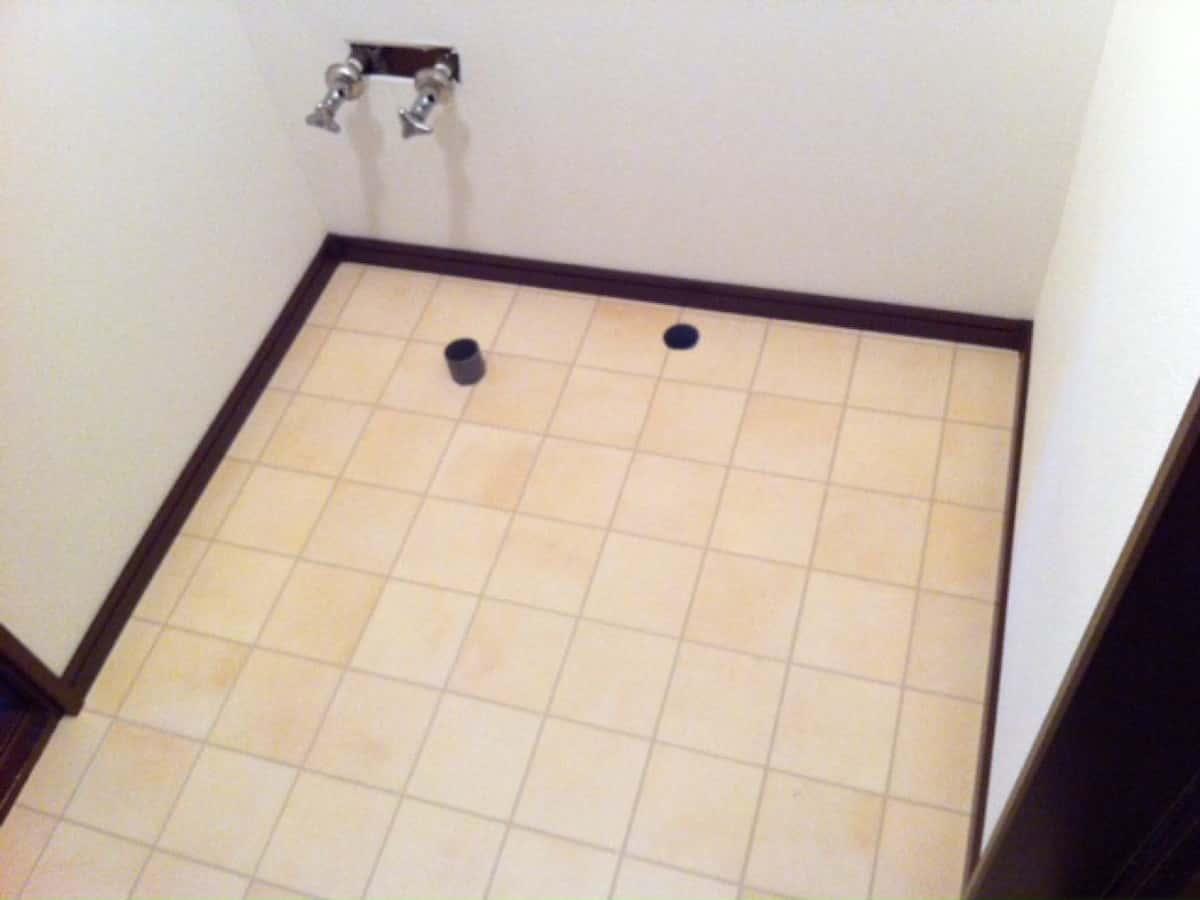 巾木を取り付けた後の洗面所の床