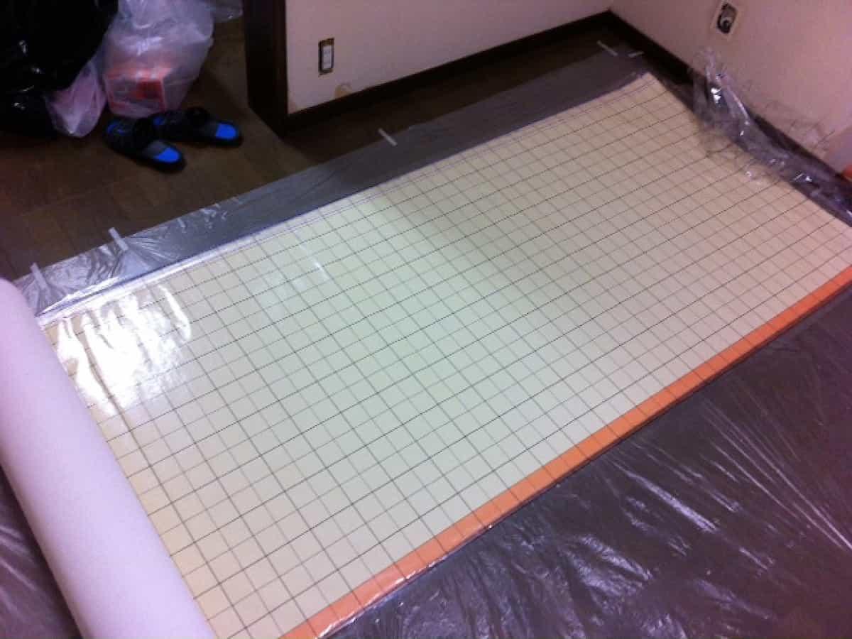 壁紙屋本舗で購入したのり付き壁紙30mのロールを広げた様子
