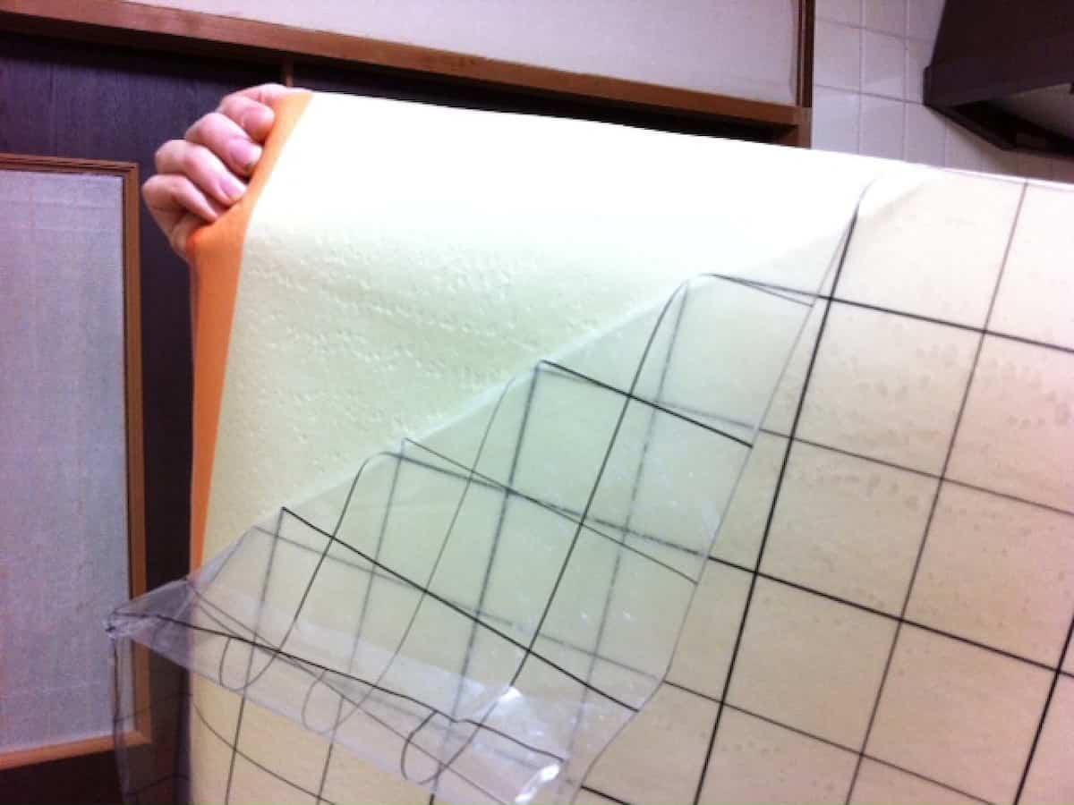 壁紙の裏面の上半分のフィルムを剥がす