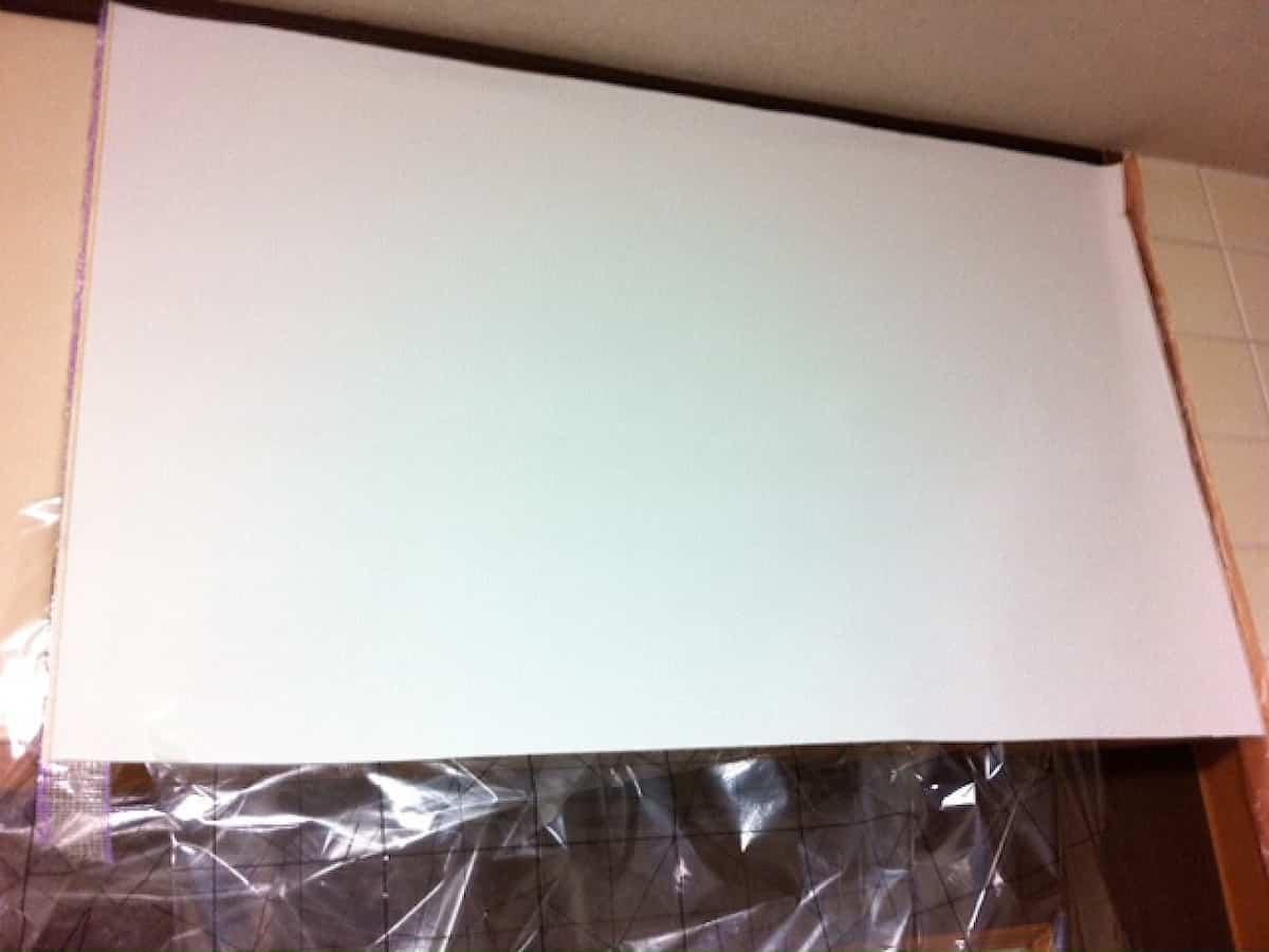 周囲の余白を考慮しながら壁紙を貼り付ける