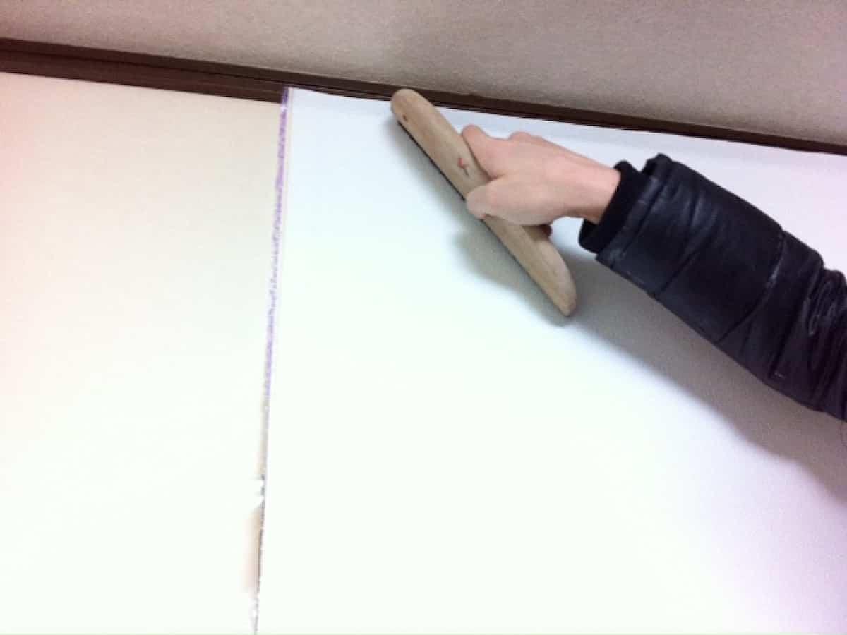 なでバケで壁紙内部の空気を押し出しながら貼り付ける