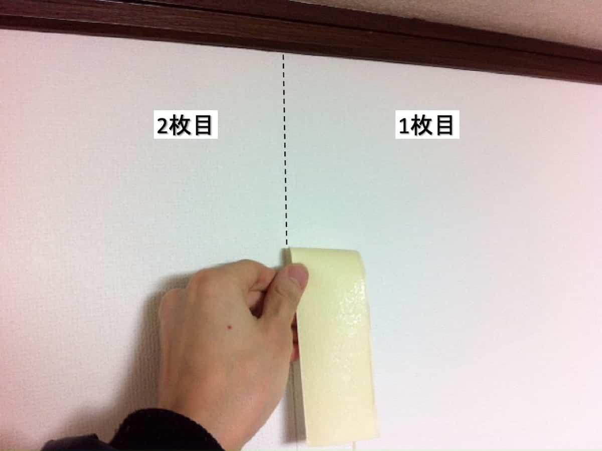 重なった壁紙を剥がす様子