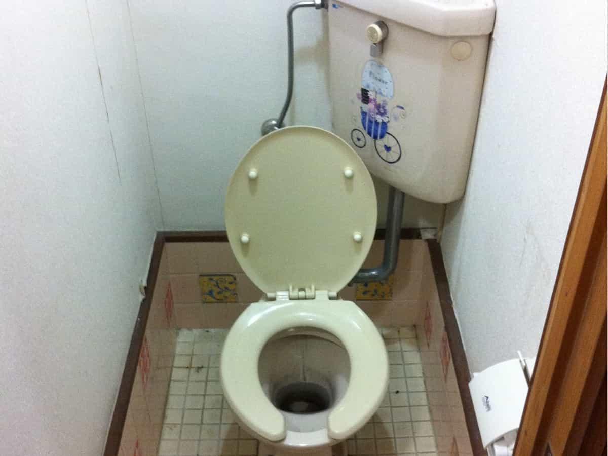 トイレの配管パイプから水漏れするトイレの様子
