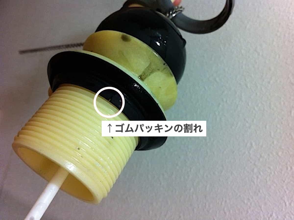 トイレタンク内のオーバーフロー管のゴムパッキンのひび割れ