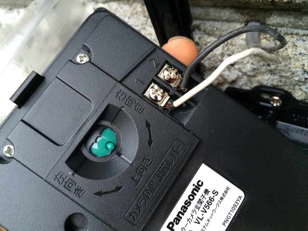 インターホンの屋外カメラに配線を接続する様子