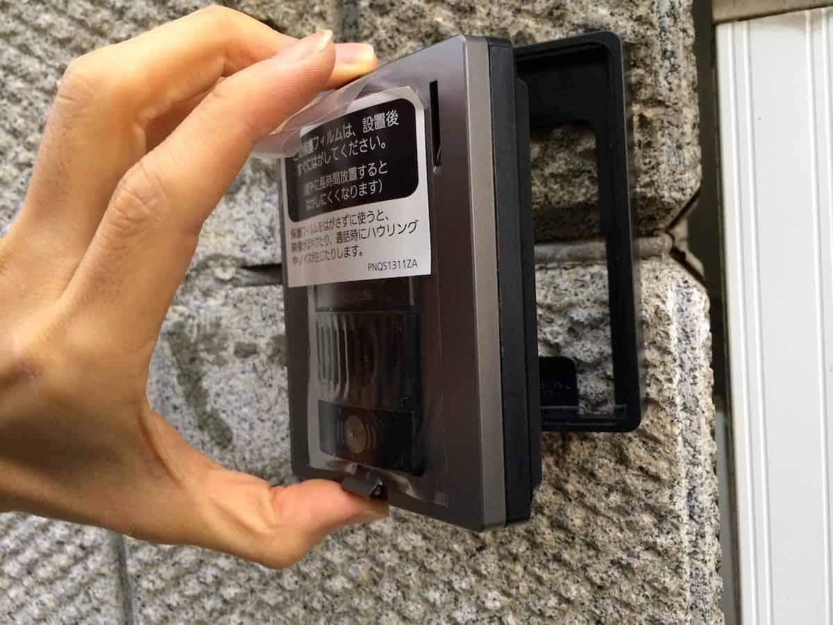 インターホンの屋外カメラ本体を土台枠に取り付ける