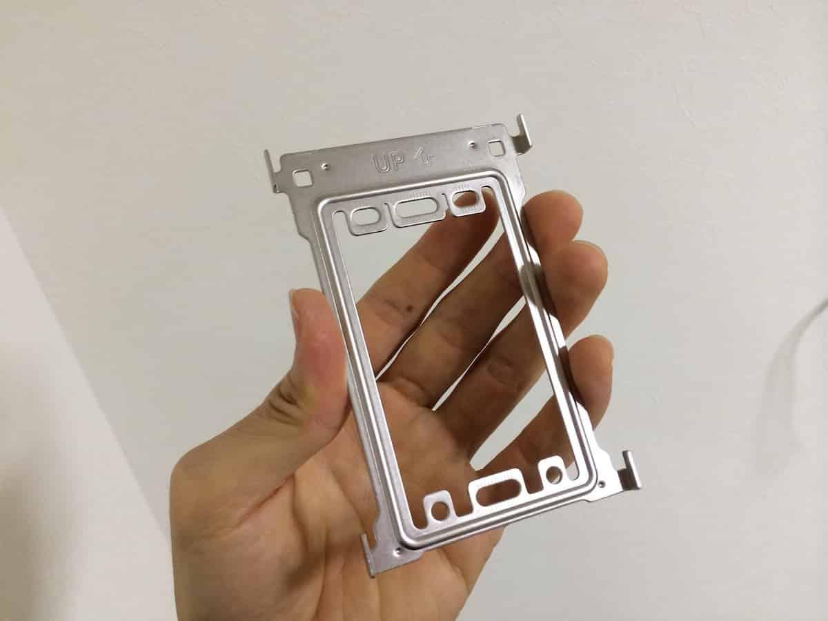室内モニターを固定するための金属プレート