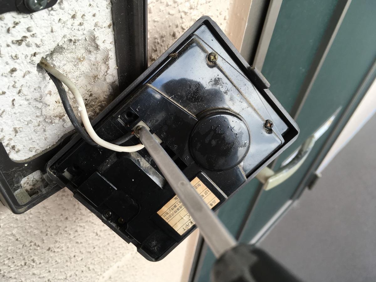 屋外機に接続されているインターホン用の配線を取り外す