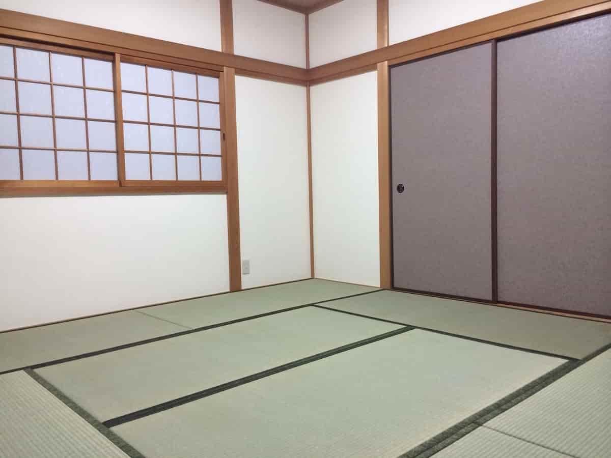 和紙風の壁紙を貼った和室