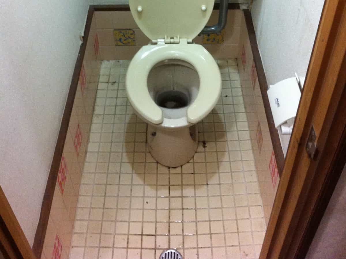 クッションフロア(cf・床シート)を貼る前のトイレのタイル床