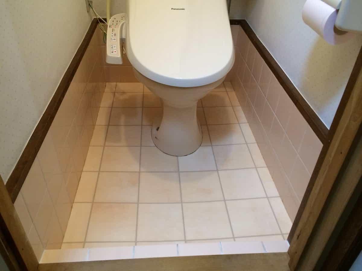 トイレのタイル床の上にクッションフロアを貼り付けた様子