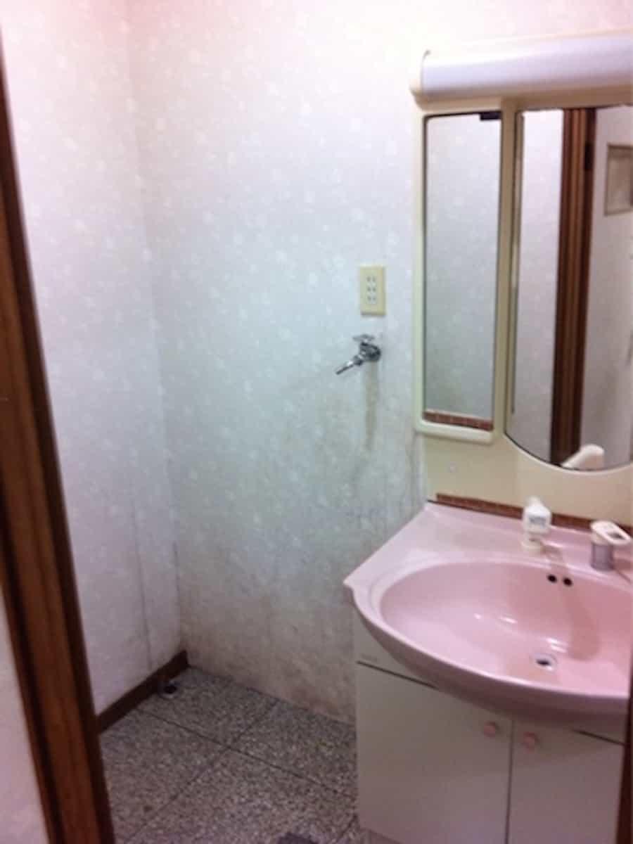 洗面所にある取り外し前(解体・撤去)の古い洗面化粧台(洗面台)
