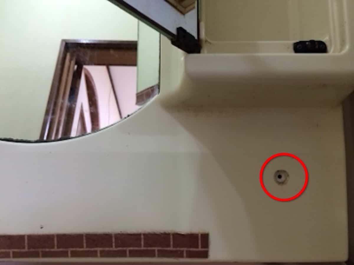 古い洗面化粧台を壁に固定しているネジ(下側)