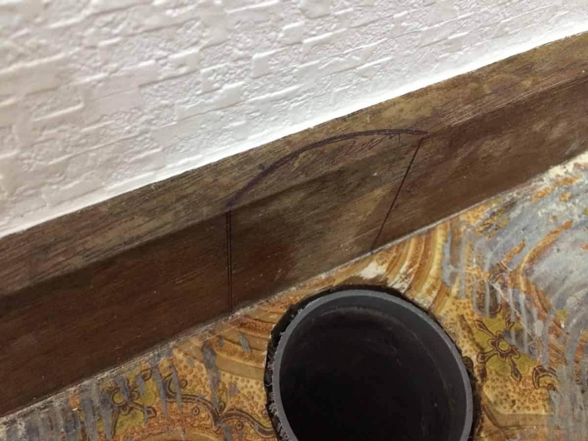 排水トラップと干渉する巾木を削る