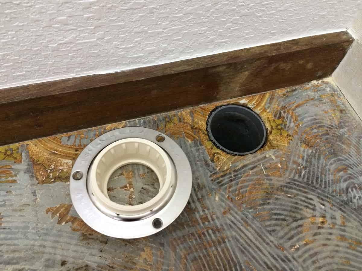カクダイの洗濯機用排水トラップを取り付ける予定の洗面所の排水口パイプ