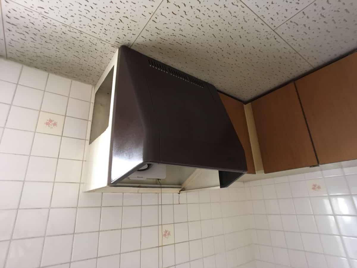 取り外し前のキッチンの古いレンジフードと換気扇