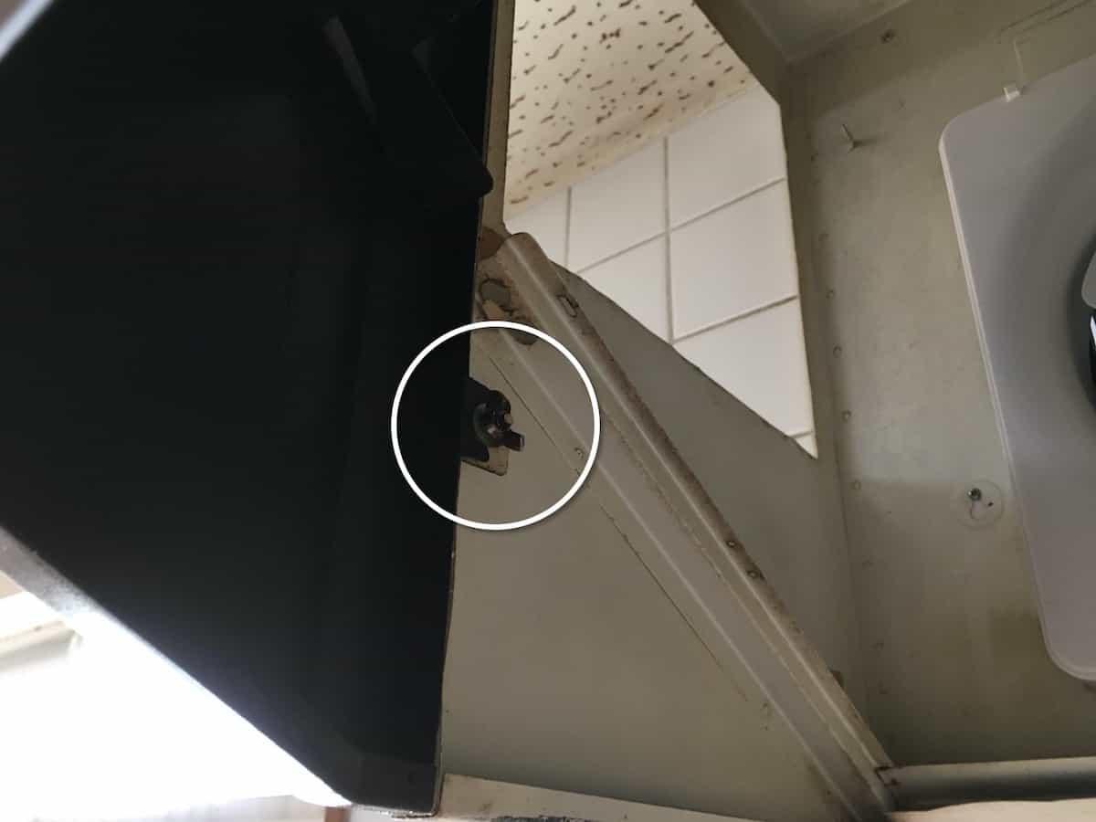 レンジフード前面カバーを固定するネジ