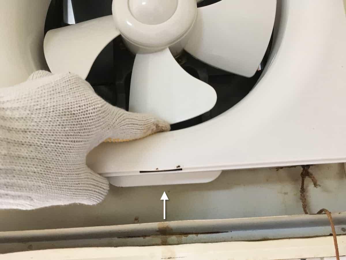 換気扇カバーの下側を浮かせる