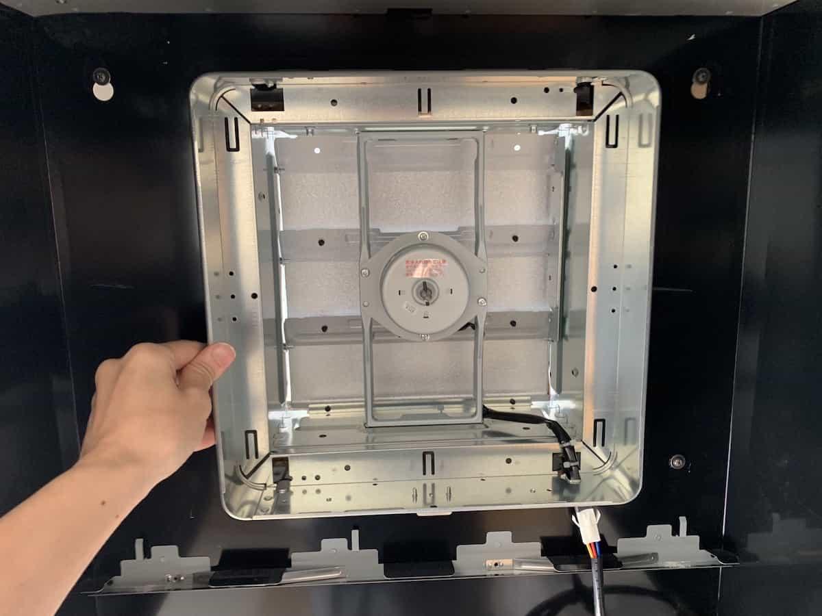 換気扇本体を換気口に設置する