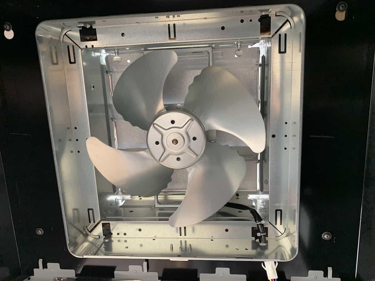 プロペラ部品を換気扇本体に差し込んだ様子