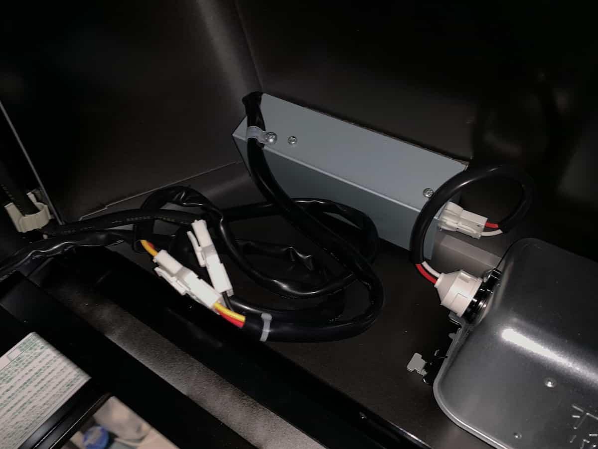 レンジフードの裏側に電気配線を収納