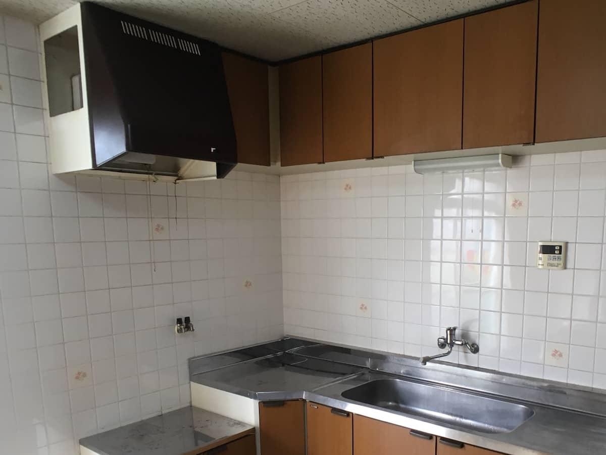 リフォーム前のキッチンの古いレンジフードと換気扇
