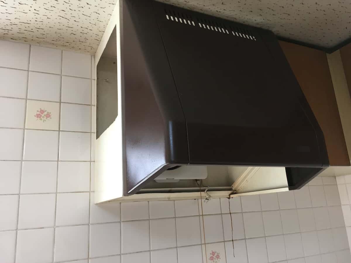 今回交換するキッチンの古いレンジフードと換気扇