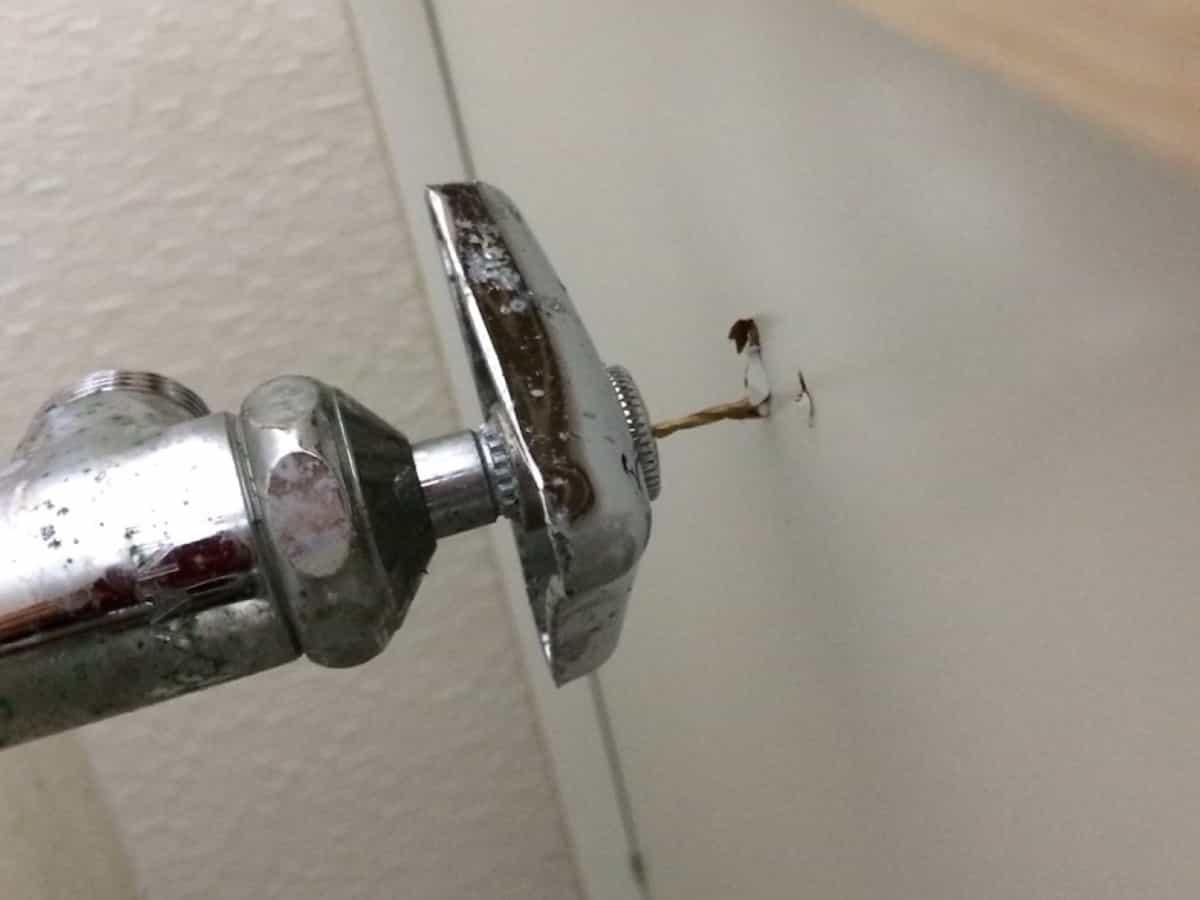 給水栓の位置をドリルなどで探り印をつける