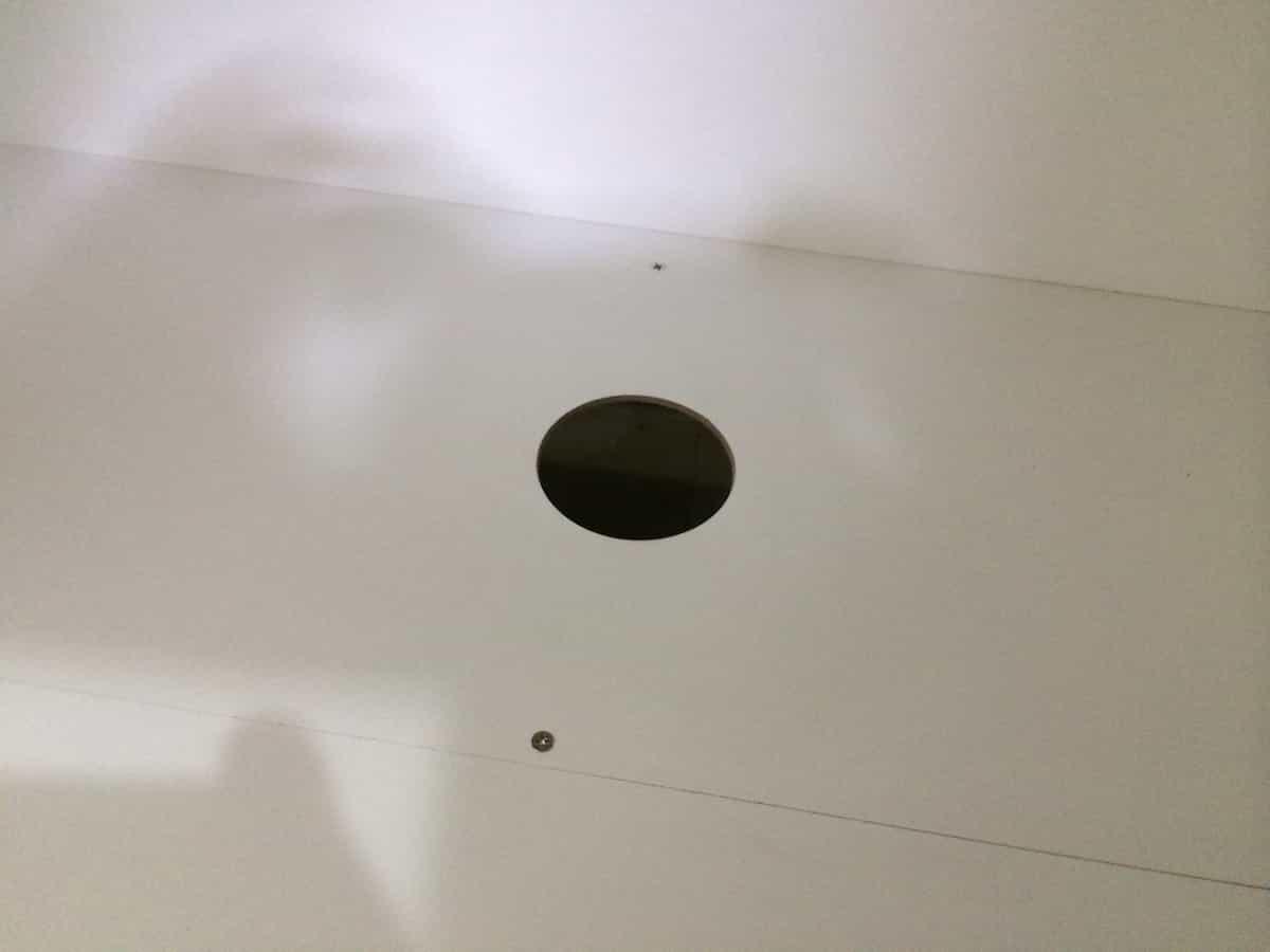 洗面台底面の排水口用の穴あけ