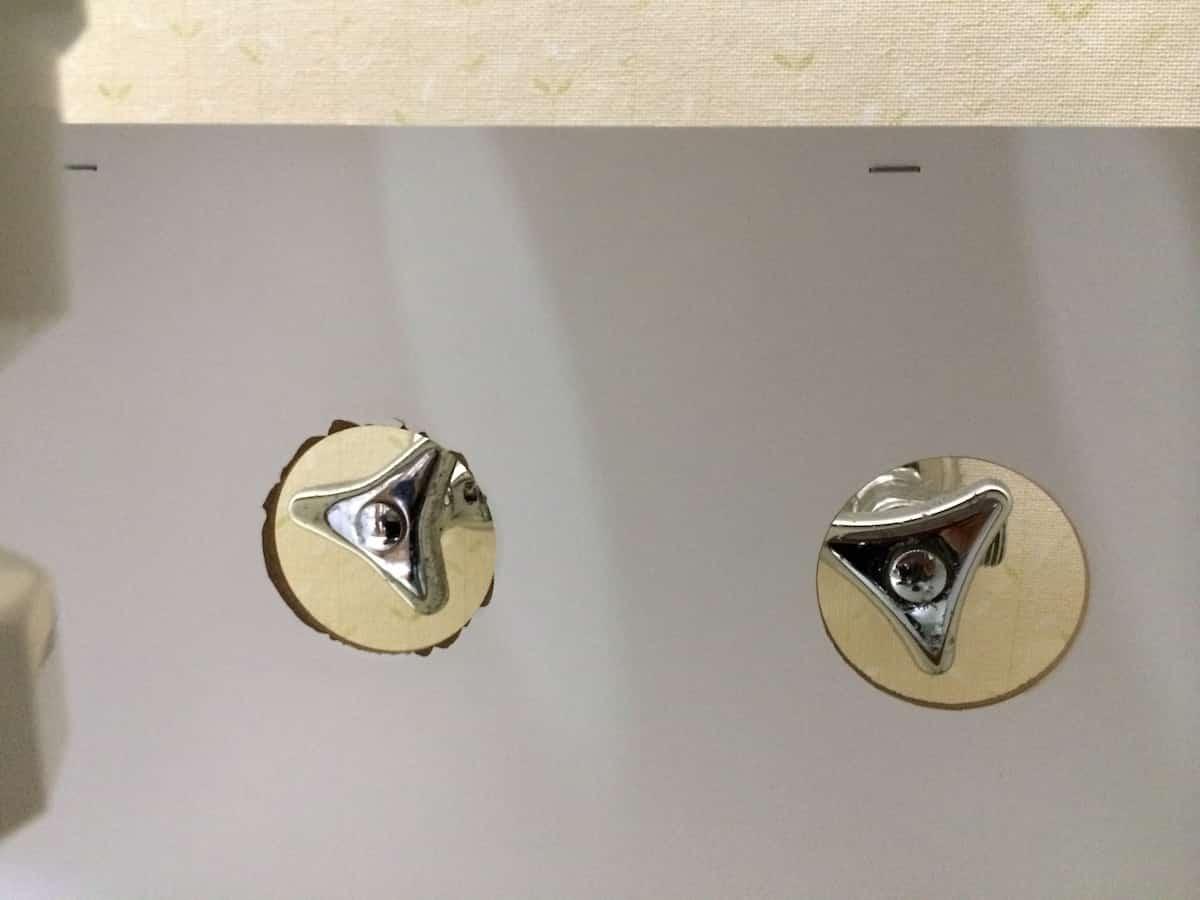 洗面台を動かして設置する様子