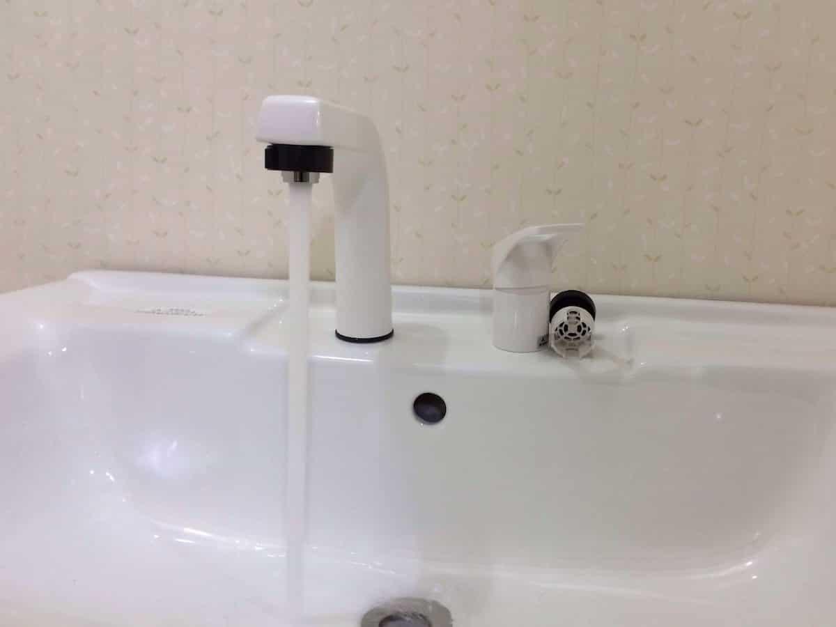 水を実際に流して水漏れがないか確認する