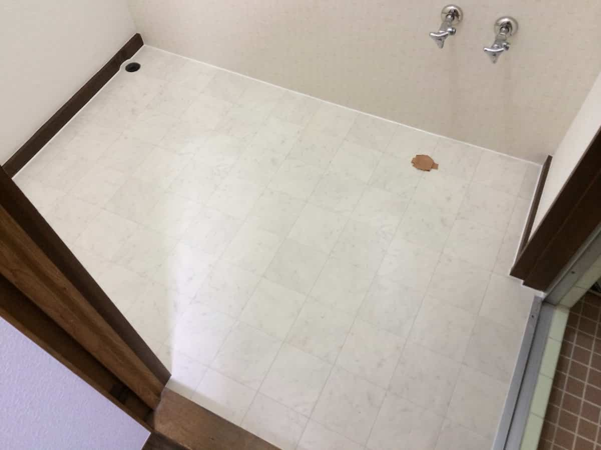 洗面所の床に新しいクッションフロア(CF・床シート)を貼った様子