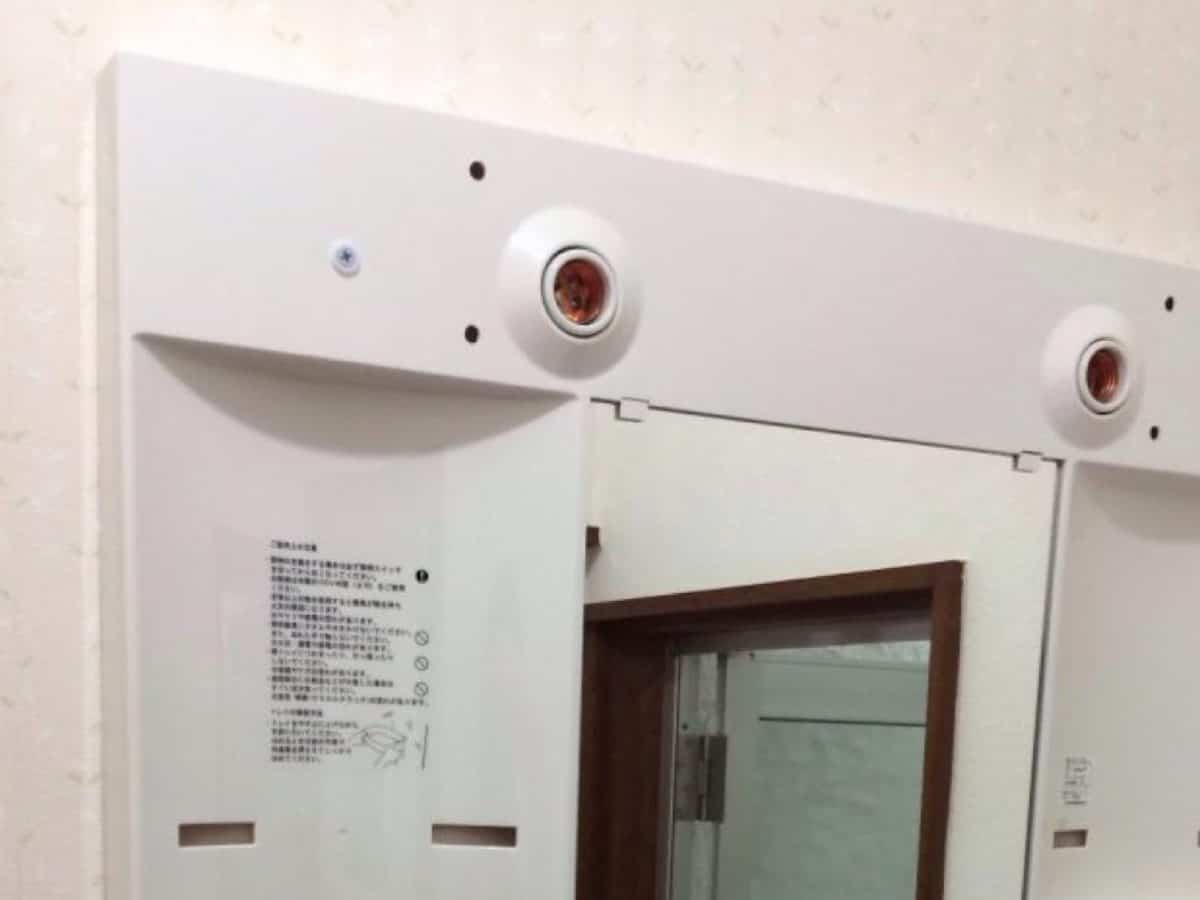 ミラーキャビネットを壁にネジ止めした様子