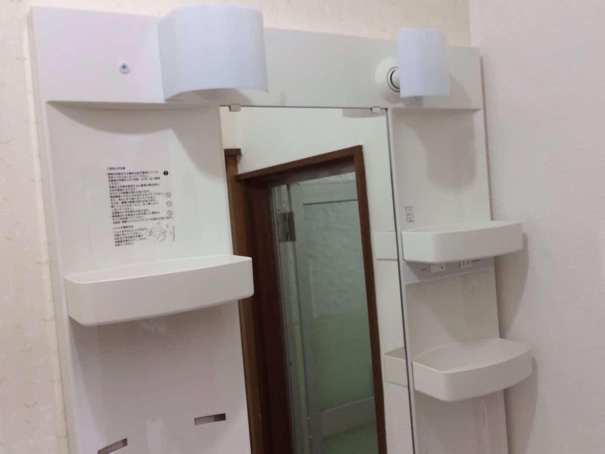 ミラーキャビネットにLED電球・照明カバー・収納トレーを取り付けた様子