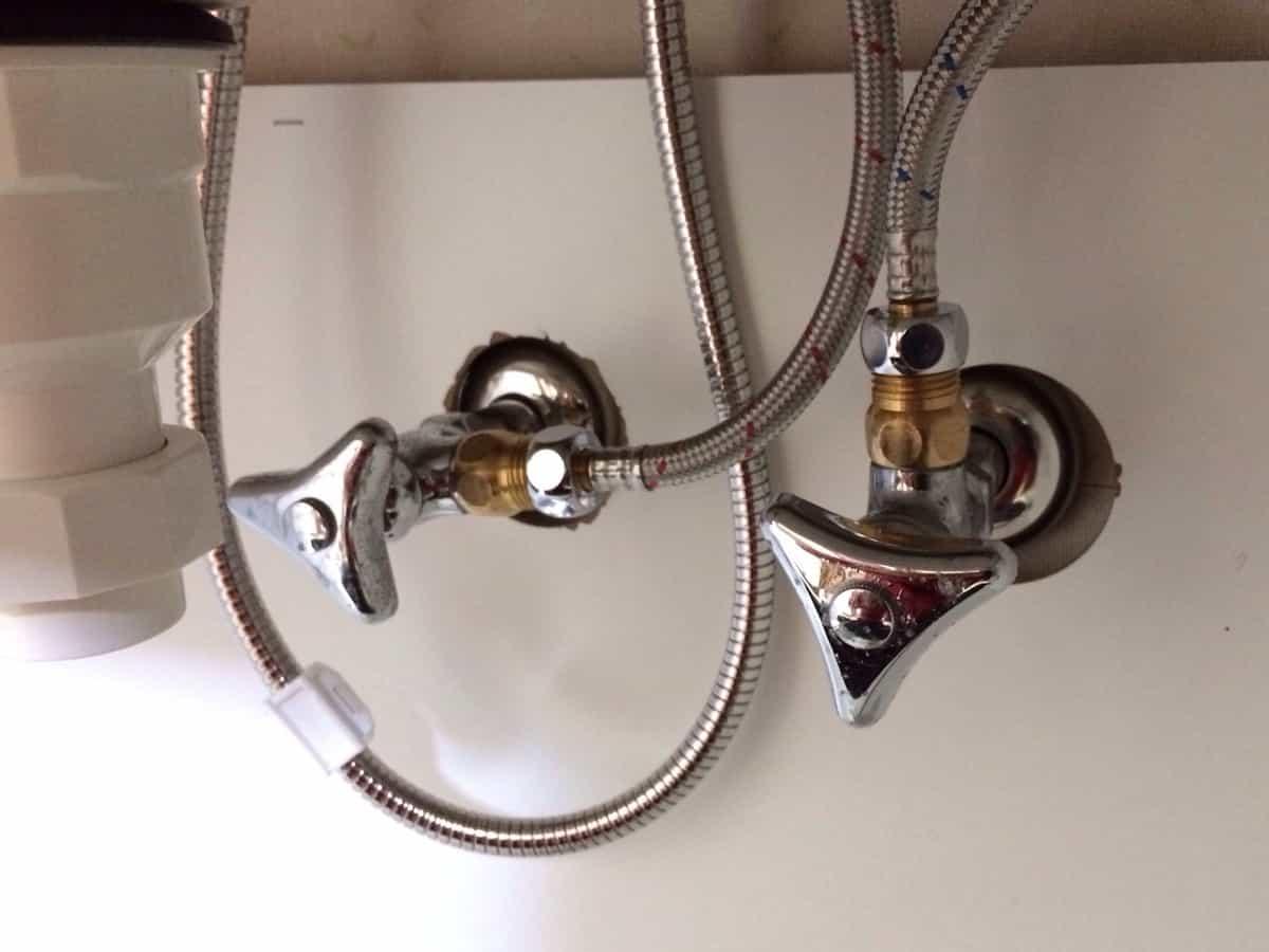 洗面台の水栓ホースと壁の給水栓を接続した様子