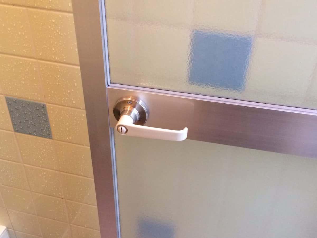 交換した後の浴室扉のレバーハンドルタイプのドアノブ