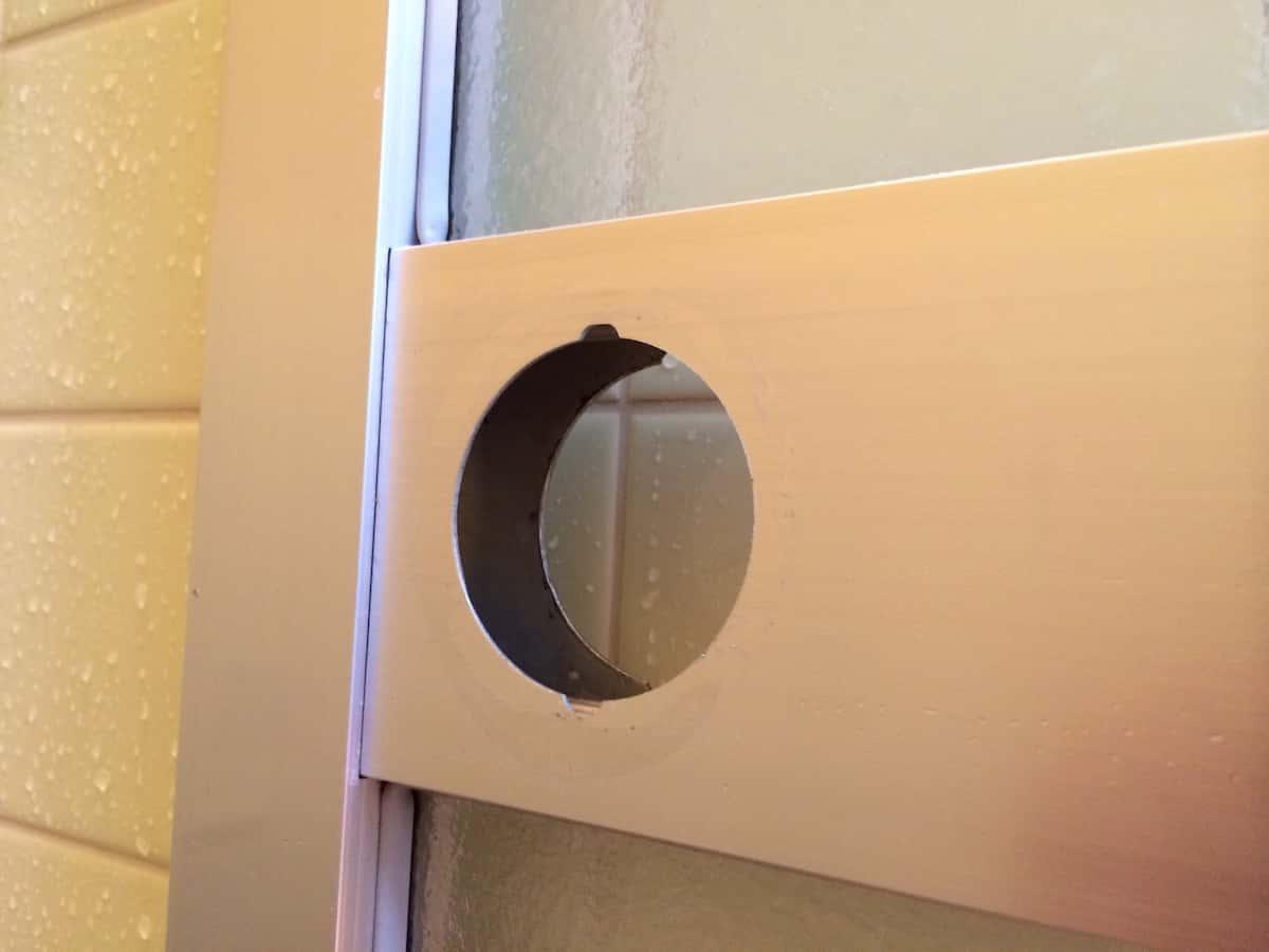 浴室扉の古い丸ノブを取り外して水垢をきれいにした様子
