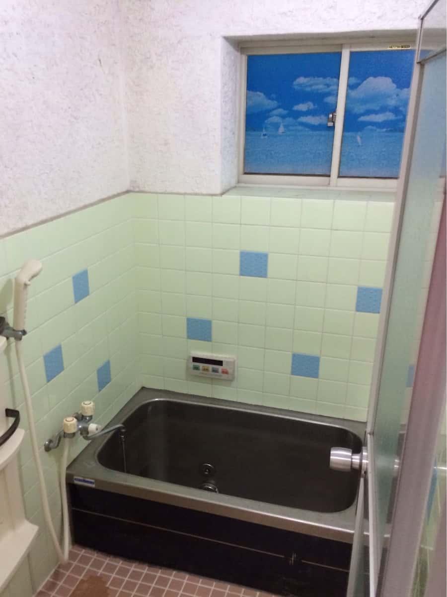 ペンキで塗装する前のカビで黒ずんだ浴室のモルタル壁(セメント・コンクリート)