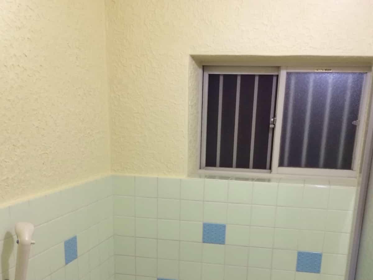 養生シートやテープを外した塗装後のお風呂のモルタル(コンクリート・セメント)壁