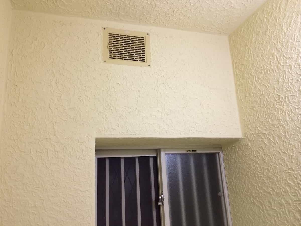 浴室のモルタル壁をペンキ塗装して乾燥させる様子