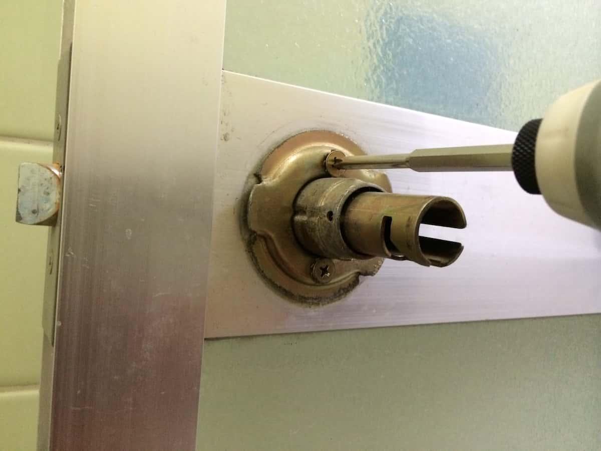 浴室ドアノブの土台部品のネジを分解する様子