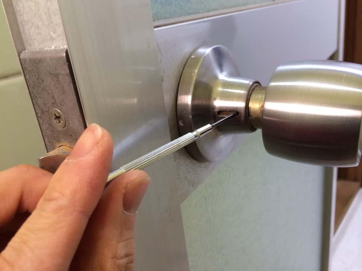 浴室ドアノブの横の小さな穴をマイナスドライバーで押す
