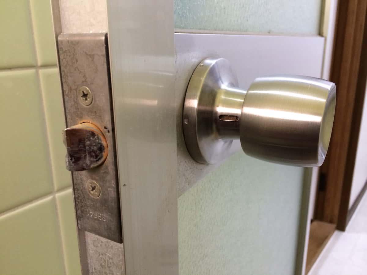 ネジ穴のない浴室扉のドアノブ