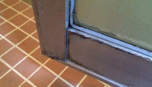 お風呂のドアのアルミサッシや水栓に付いた白い水垢汚れの落とし方|クエン酸でブラッシング掃除が効果的