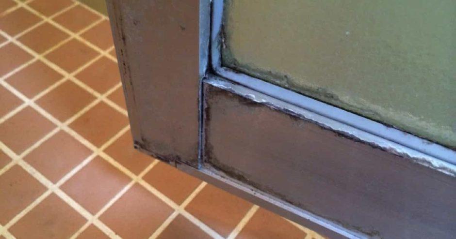 お風呂のドアのアルミサッシに付いた白い水垢汚れの落とし方|クエン酸でブラッシング掃除が効果的