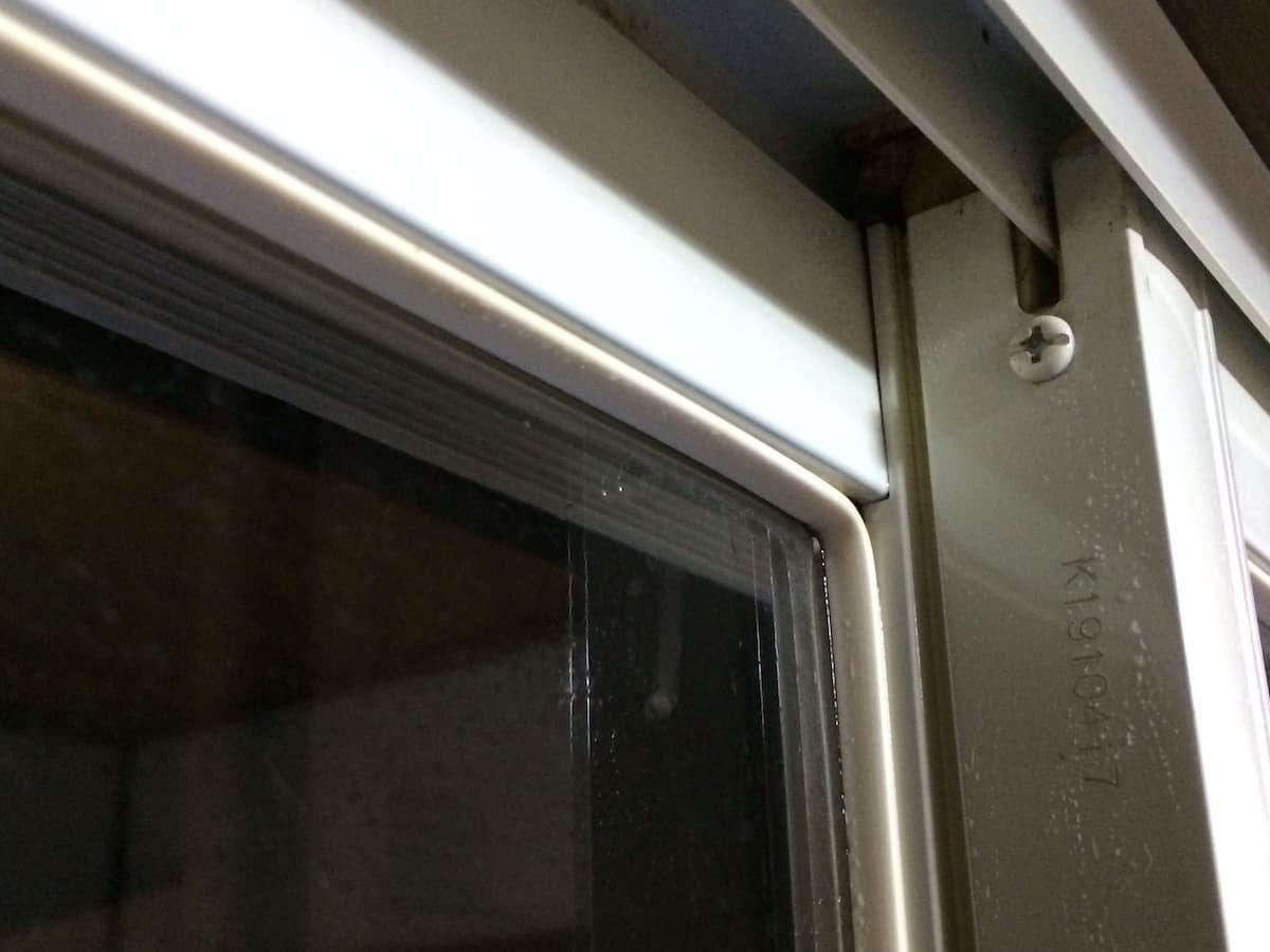 窓枠のゴムパッキンの黒いカビを除去した後