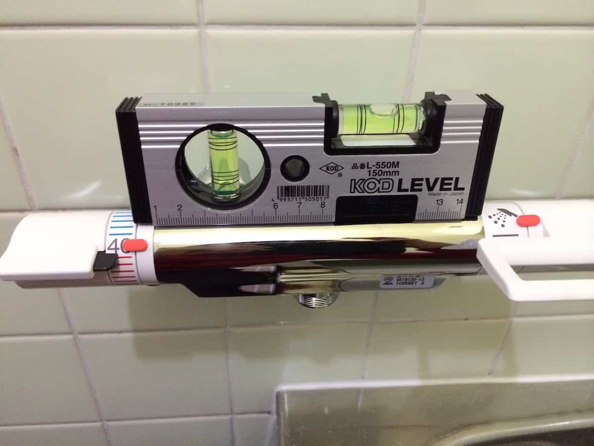 水平器で水栓本体の水平を確認する