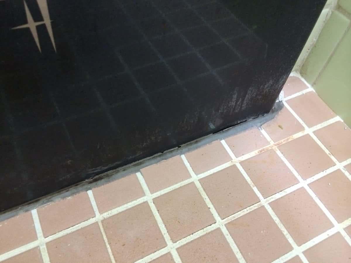 浴槽(お風呂)と床の隙間の古いシリコンコーキングの様子