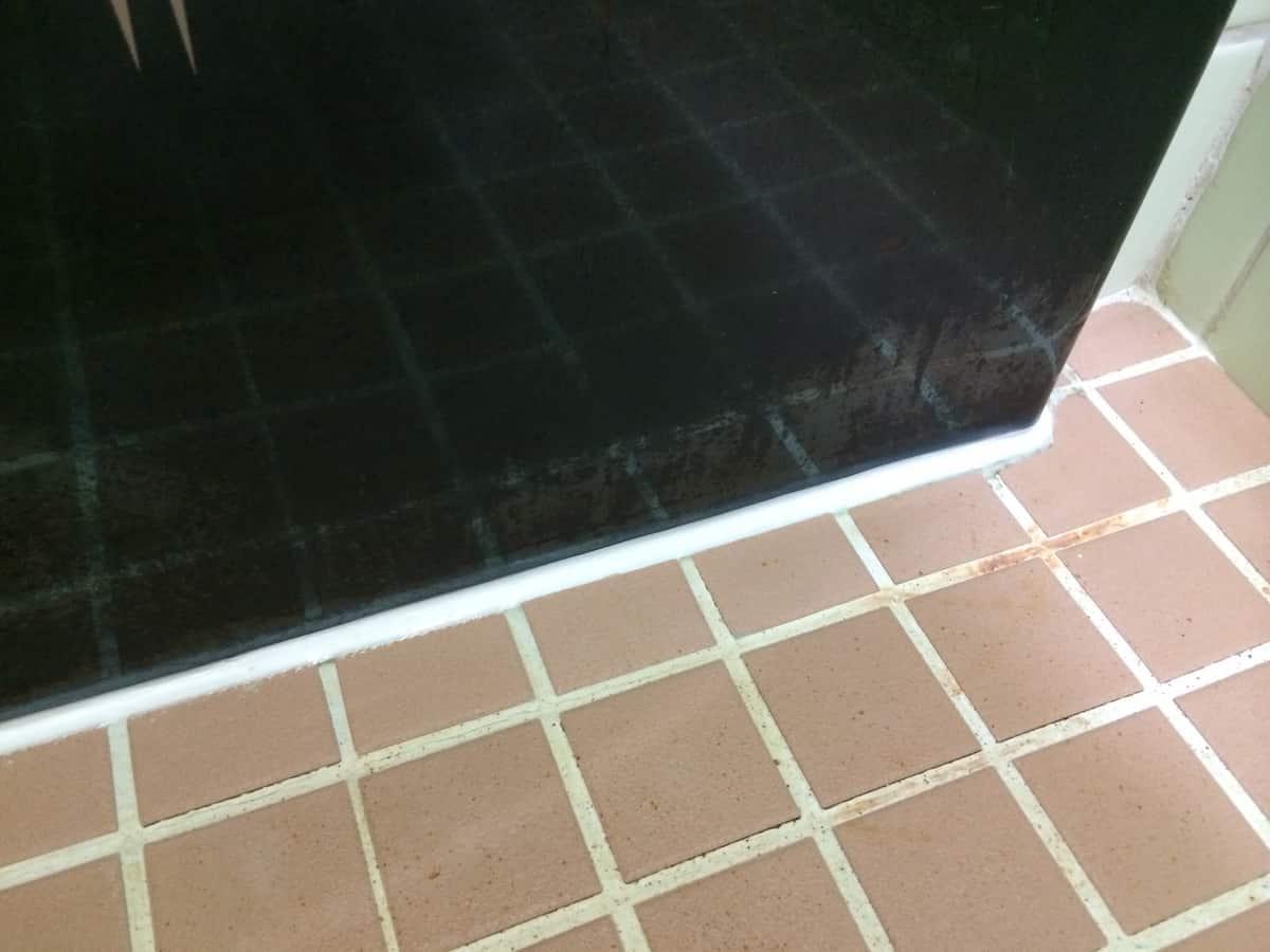 シリコンコーキングを打ち直した浴槽と床の隙間