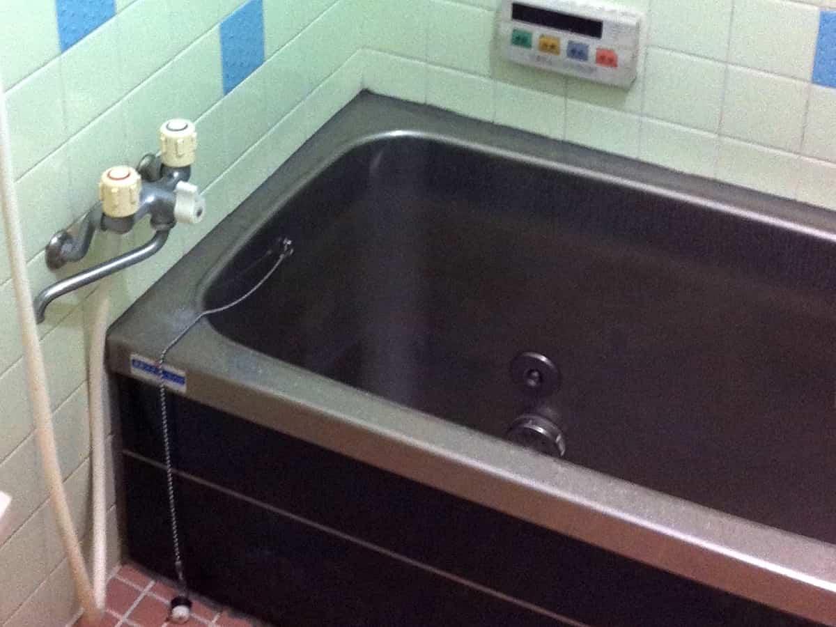 浴室の浴槽(お風呂)まわりの隙間をシリコンコーキングする前の様子